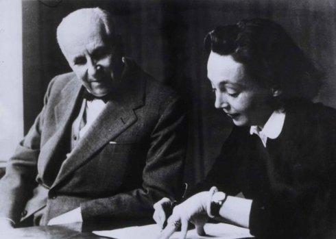 Gaston Gallimard, el histórico editor francés, con la autora Marguerite Duras